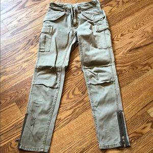 Cargo pant with zipper detail